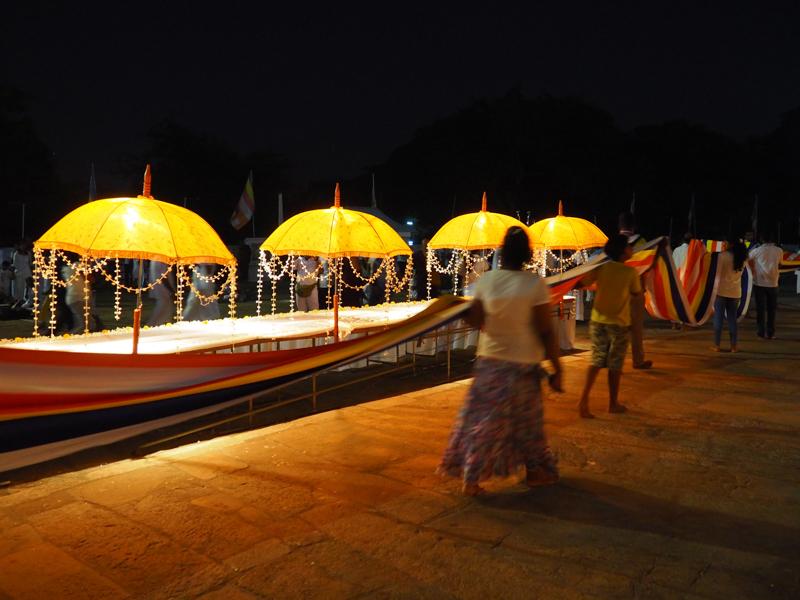 Cérémonie Bouddhiste à Anuradhapura