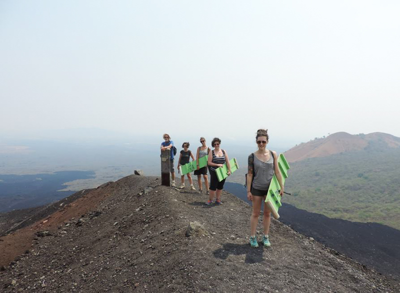 Sommet du volcan Cerro Negro, avant la descente en luge