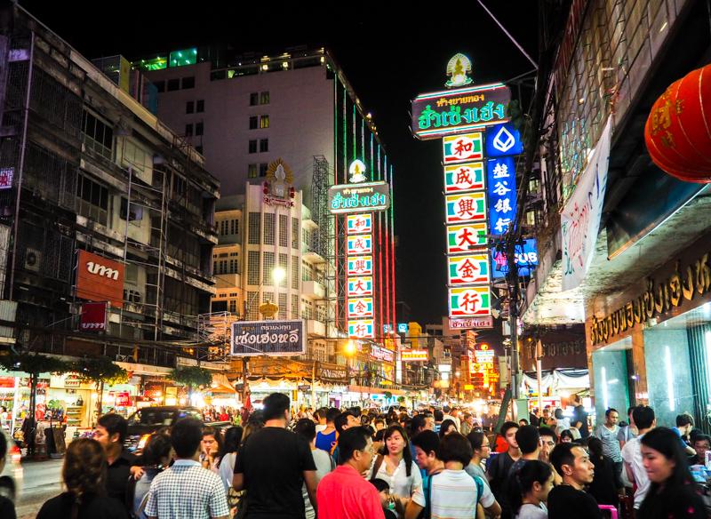 Foule au Chinatown de Bangkok, avant l'ouverture des kiosques de street food.