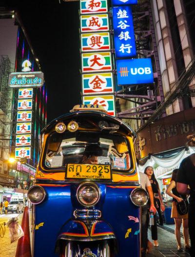 Tuktuk de nuit dans les rues du Chinatown de Bangkok.