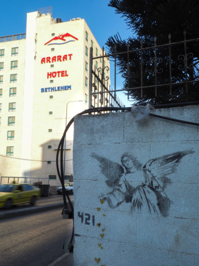 Angel Springling Hearts de Banksy, à Bethléem.
