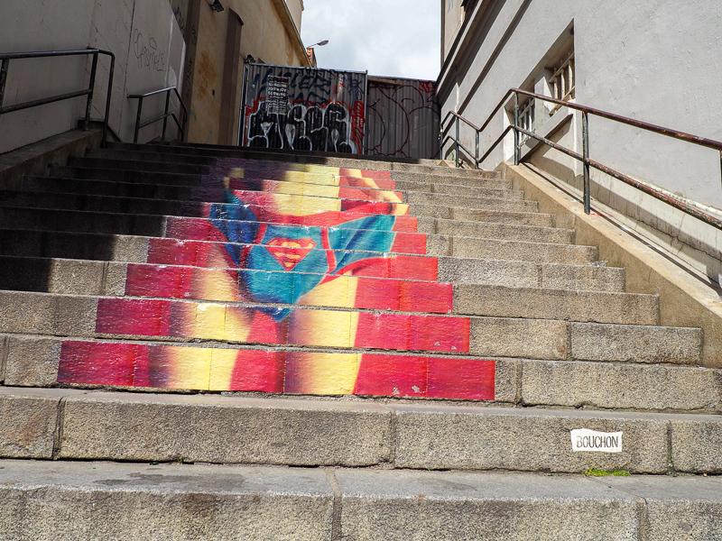 Street Art sur un escalier de Rennes en France. Artiste Bouchon.