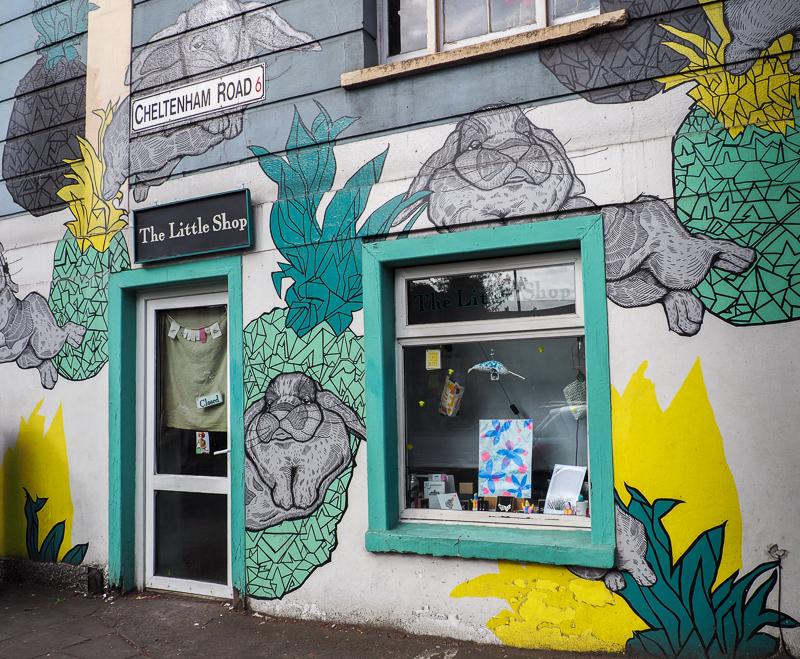 Commerce avec façade Street Art à Bristol.