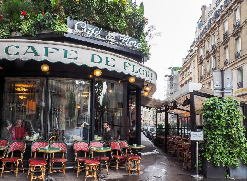 Façade du Café de Flore à Paris par un jour de pluie.
