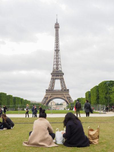 Picnic devant la Tour Eiffel.