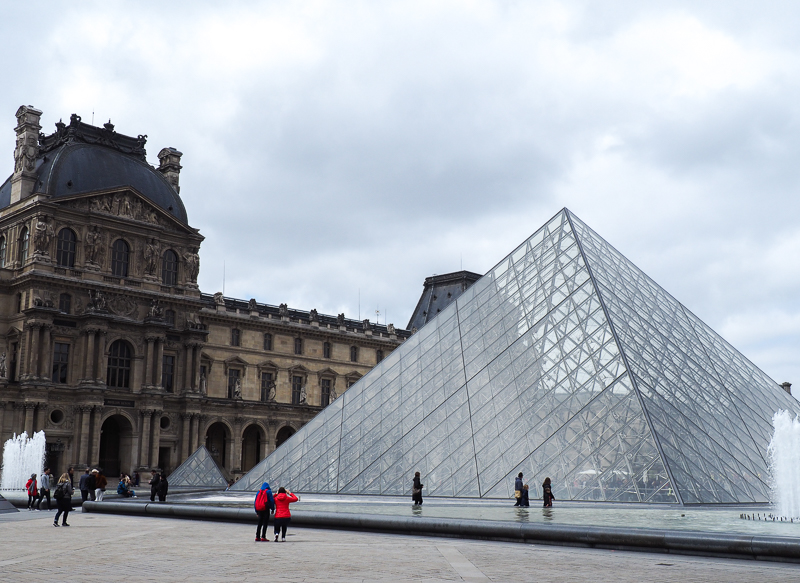 Pyramide du Musée du Louvre de Paris.