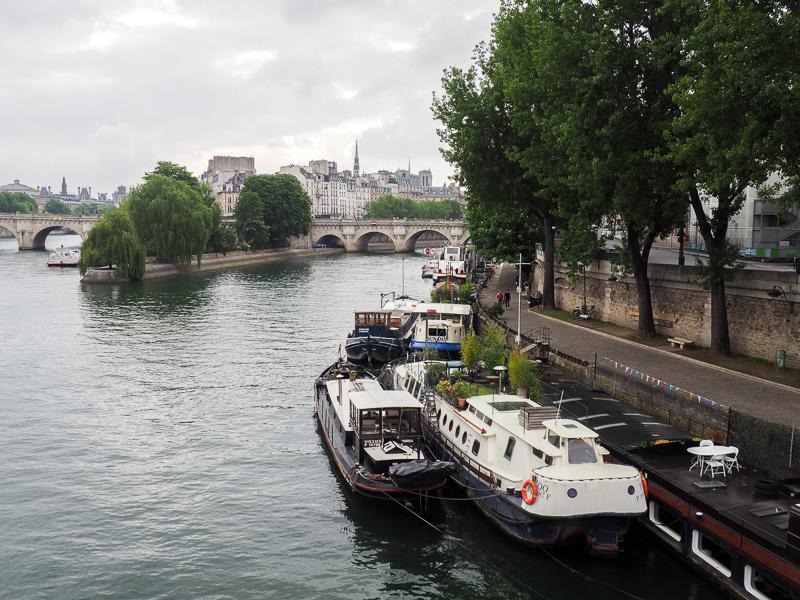 Promenade le long de la Seine à Paris.