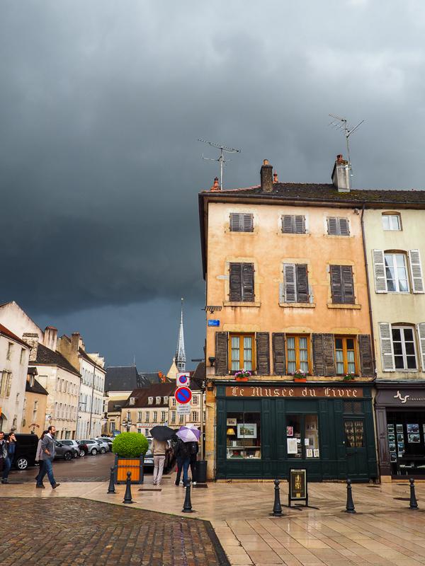 Visite en Bourgogne - Beaune après un orage. Les couleurs sont magnifiques.