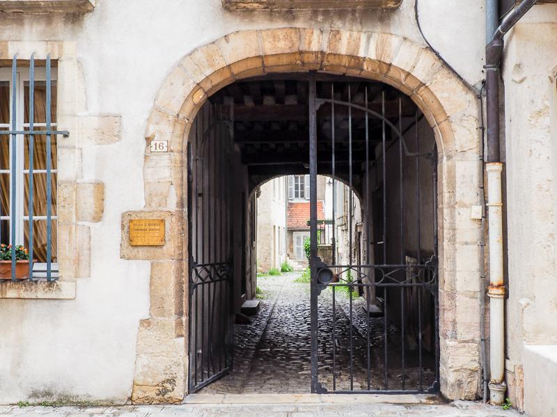 Passage dans les ruelles de Dijon.
