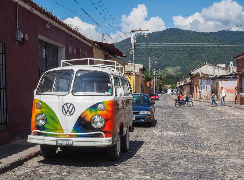 Westfalia hippie aperçu dans la ville d'Antigua, au Guatemala