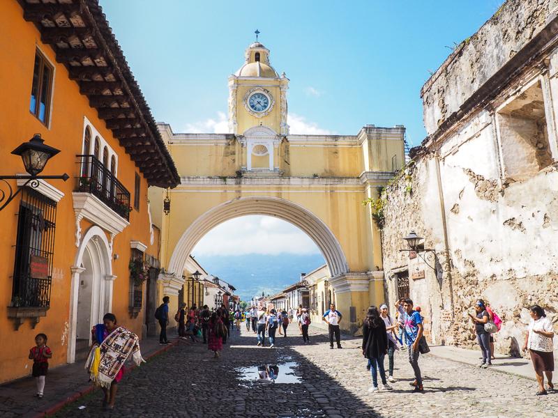 Incontournable d'Antigua Guatemala, l'arche jaune Santa Catalina