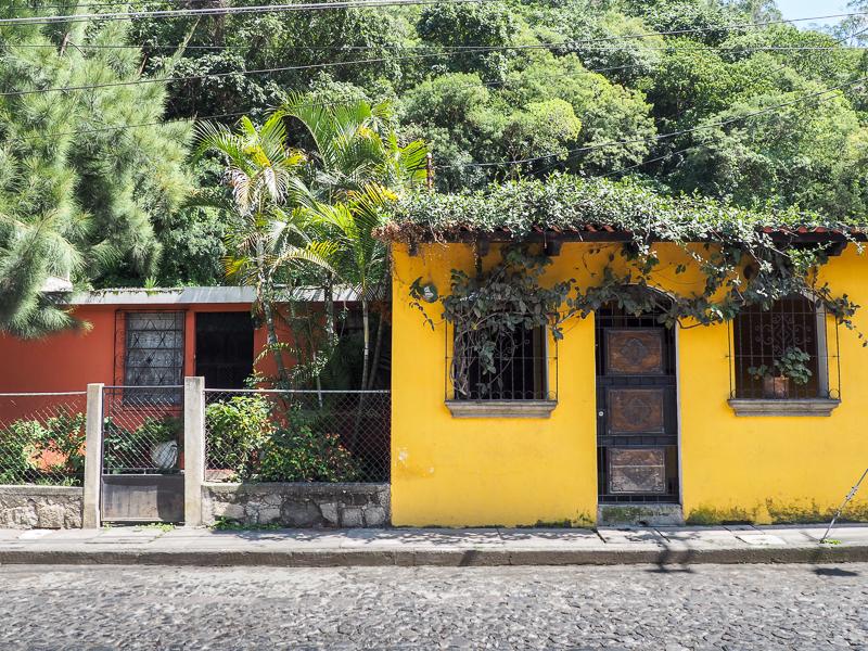 Maisons jaune et orange dans la ville d'Antigua au Guatemala