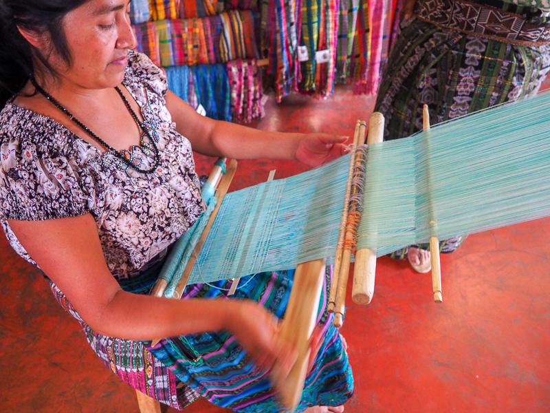 Artisane au travail dans un atelier de tissage à San Juan La Laguna