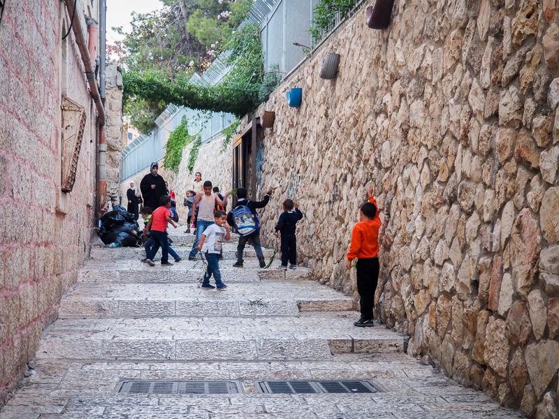 Enfants jouant dans la vieille ville de Jerusalem
