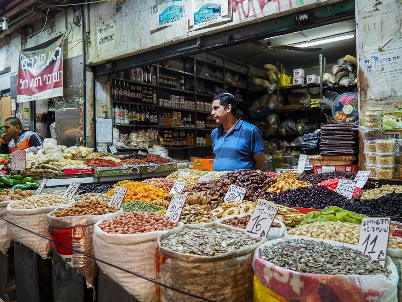 Marchand de noix et de fruits séchés au Marché Mahane Yehuda de Jerusalem