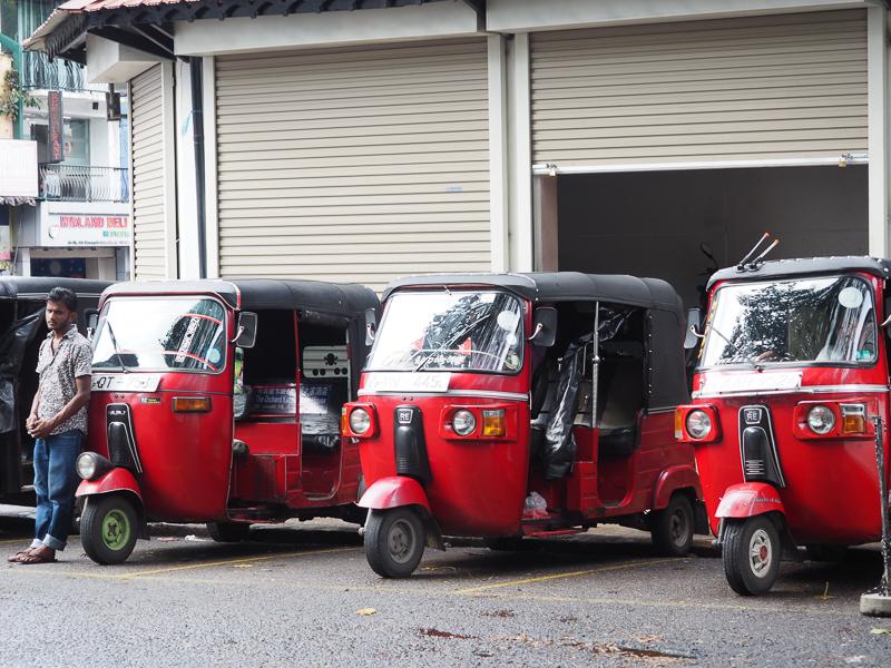 Rangée de tuktuk rouges au Sri Lanka