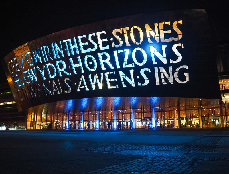 Le Wales Millenium Center de Cardiff est majestueux de nuit.