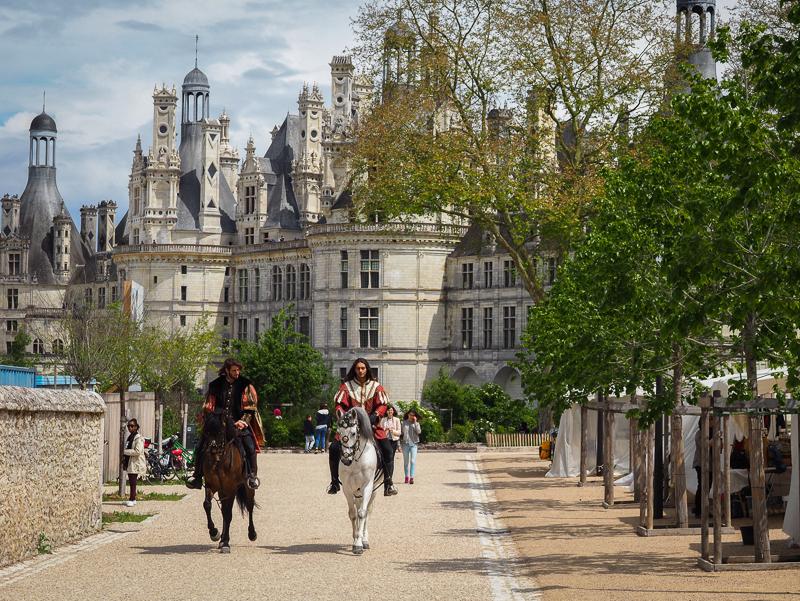 Personnages se promenant à cheval au château de Chambord en France