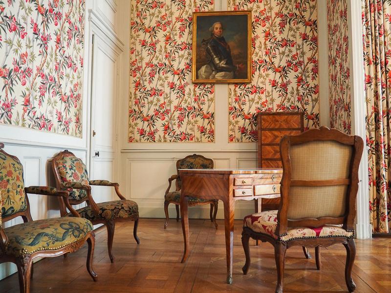 Salle au décor fleuri dans le château de Chambord en France