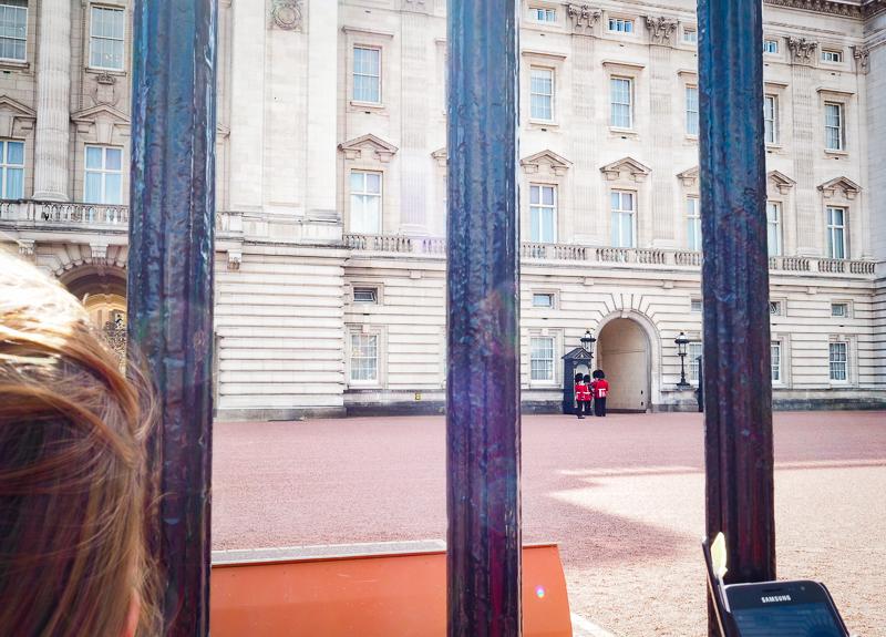 Gardes devant le Buckingham Palace
