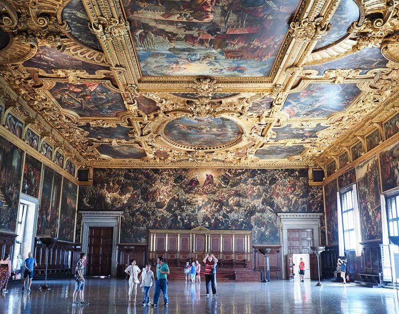 Salle au plafond peint à l'intérieur du Palais des Doges de Venise