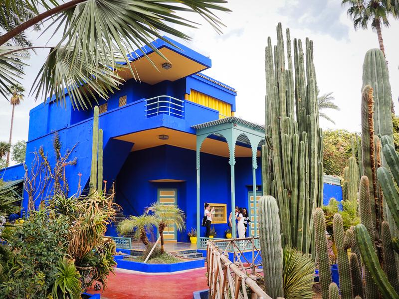 Bâtiment bleu du Musée berbère au coeur du Jardin Majorelle de Marrakech