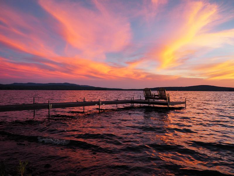 Coucher de soleil sur le lac Brome en face de l'Hôtel et Suites Lac Brome