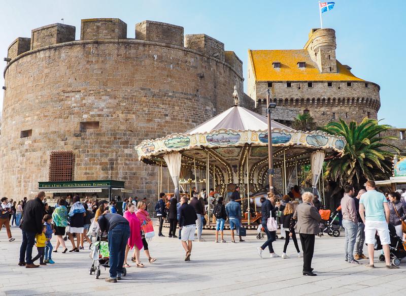 Carousel et kiosques à l'entrée de la porte Saint-Vincent à Saint-Malo