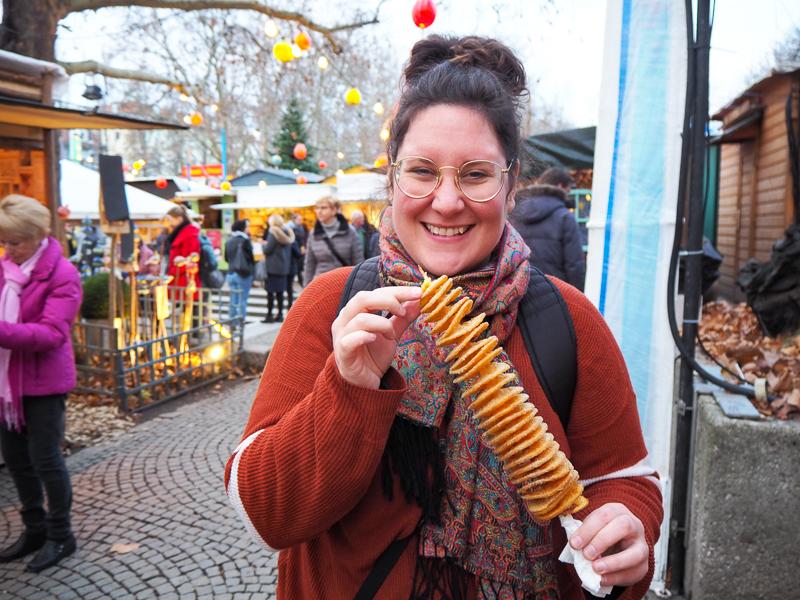 Manger au marché de Noël de Schwabing à Munich