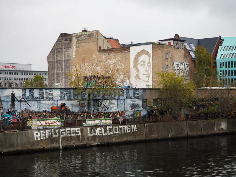 "Graffiti ""Refugees Welcome"" vue à Berlin"