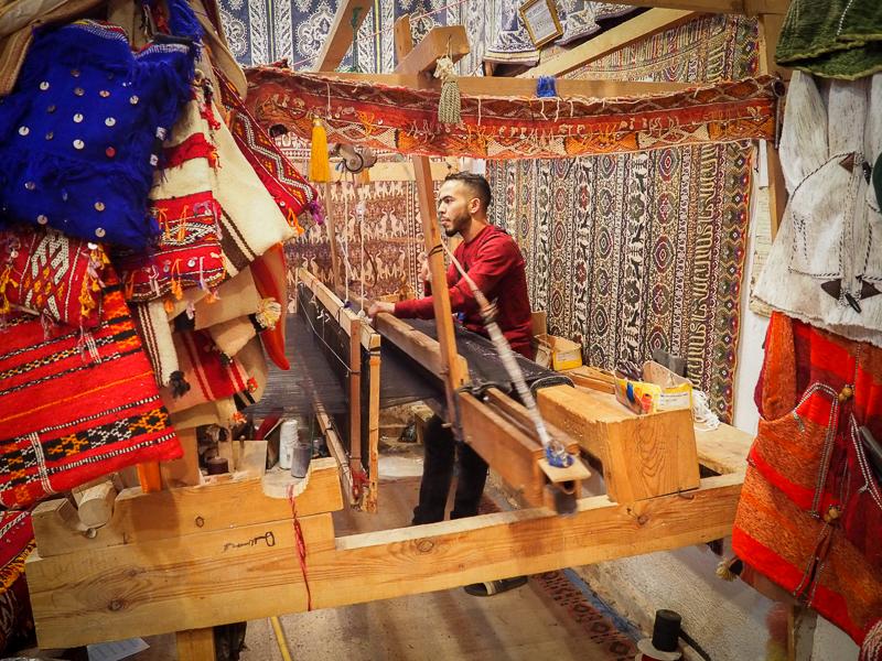 Artisan en train de tisser un tapis dans la ville de Fès au Maroc
