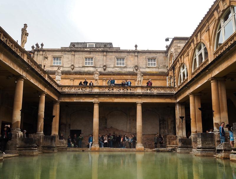 Visite des bains romans dans la ville de Bath en Angleterre
