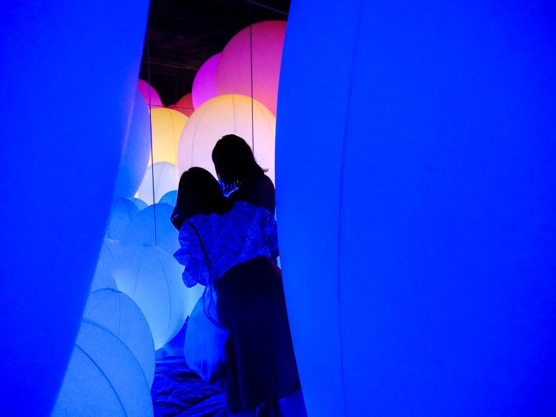 Salle remplie de ballons géants à l'exposition teamLab Borderless de Tokyo