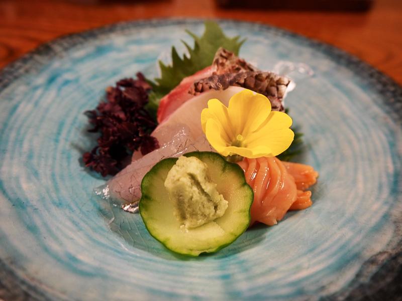 Sashimi servi durant le repas dans une auberge japonaise traditionnelle