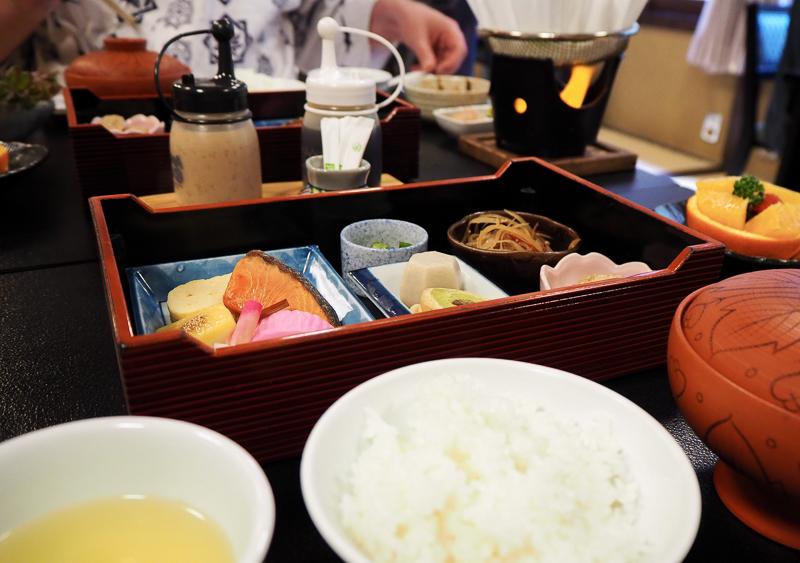 Petit déjeuner servi dans une salle commune au ryokan
