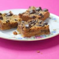 Blondies van kikkererwten met pindakaas en chocolade (vegan)