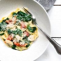 Romige tagliatelle met spinazie, kip en zongedroogde tomaten