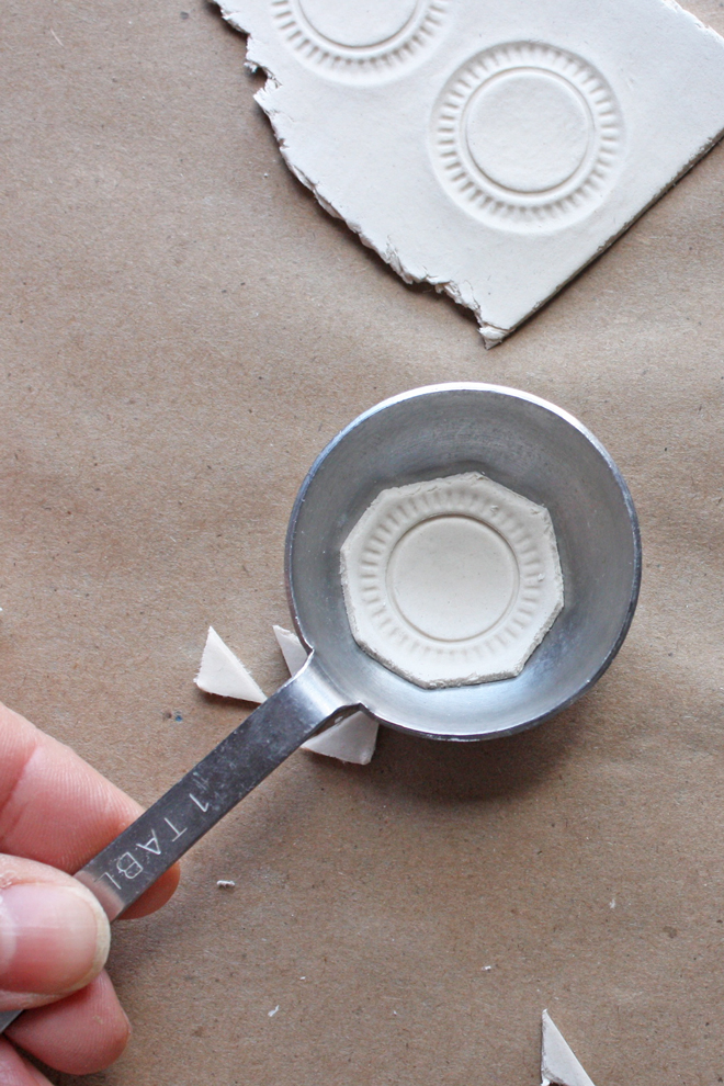 shape the plate with a measuring spoon