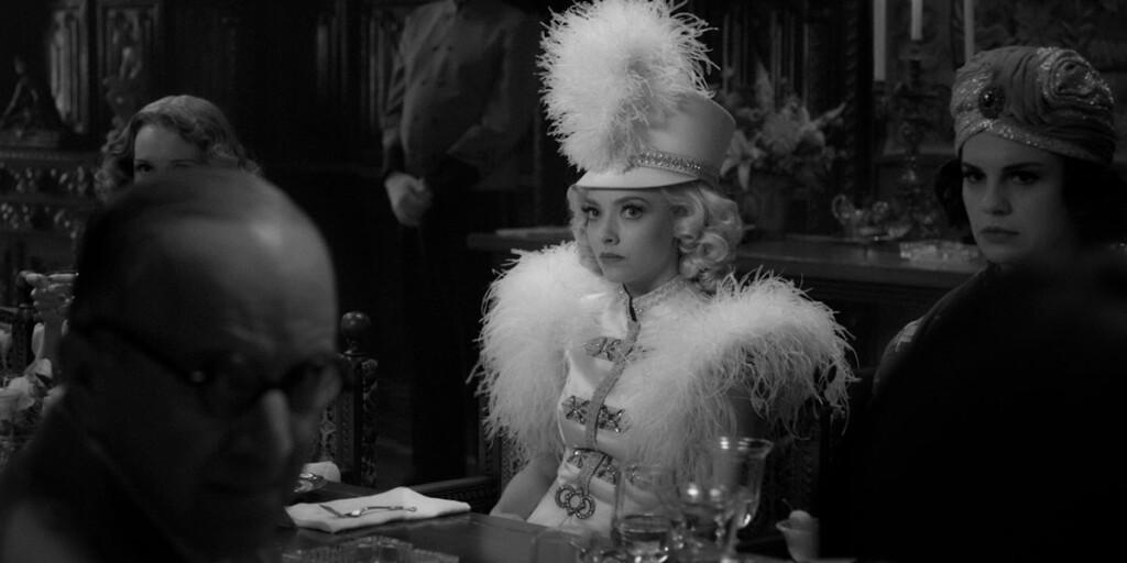 Amanda Seyfried in Mank, film Netflix di David Fincher sullo sceneggiatore di Quarto Potere