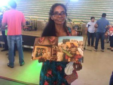 A catadora Janete Santos exibe a foto que mais gostou do catálogo