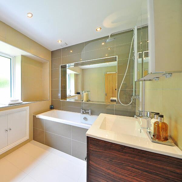 meuble en bois dans une salle de bain
