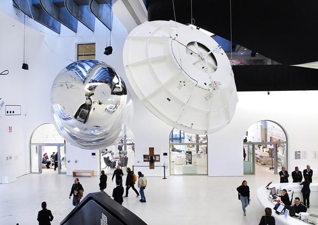Aeroke, di Tomás Saraceno, con il  modello dell'Antenna Cassini nell'allestimento al MAXXI in occasione della mostra Gravity. Immaginare l'Universo dopo Einstein (fonte: Cecilia Fiorenza, Fondazione MAXXI) © Ansa