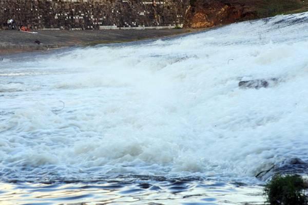 Il fiume Arno dopo le precipitazioni di questa notte