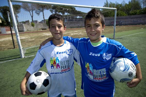 La squadra Nuova Quarto Calcio per la Legalita' scendera' in campo con il logo della locale associazione antiracket al posto dello sponsor