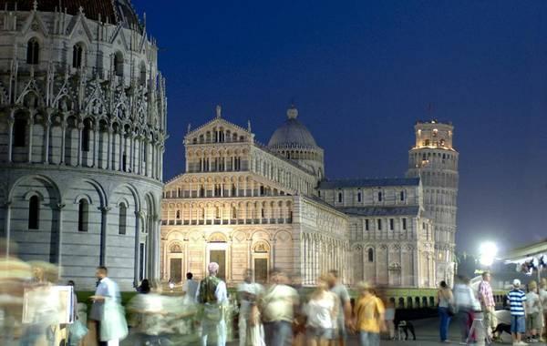 Abertura noturna da Torre de Pisa e do Camposanto