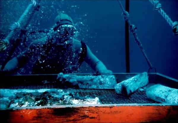 Il recupero dei lingotti di piombo dalla nave romana (fonte: INFN)