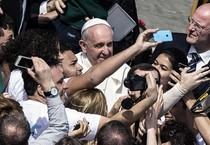 Papa Francesco in Piazza San Pietro con in fedeli (ANSA)