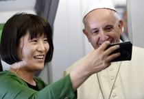 Il Papa in volo verso Seul, un 'selfie' con una giornalista sudcoreana - Foto EPA/DANIEL DAL ZENNARO/POOL (ANSA)