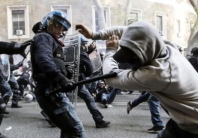 Un momento degli scontri al corteo degli antagonisti (foto Carconi e Percossi) (ANSA)