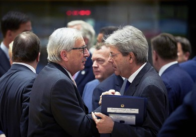Il presidente del Consiglio Paolo Gentiloni parla con il presidente della Commissione europea  Jean-Claude Juncker (ANSA)